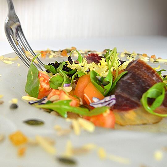 Receta de Ensalada con variado de frutos secos y Cecina leonesa